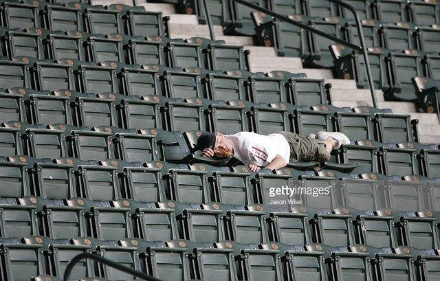 تاثیرگذارترین و جالب ترین تصاویر شکار شده از تماشاچیان در استادیوم های دنیا!