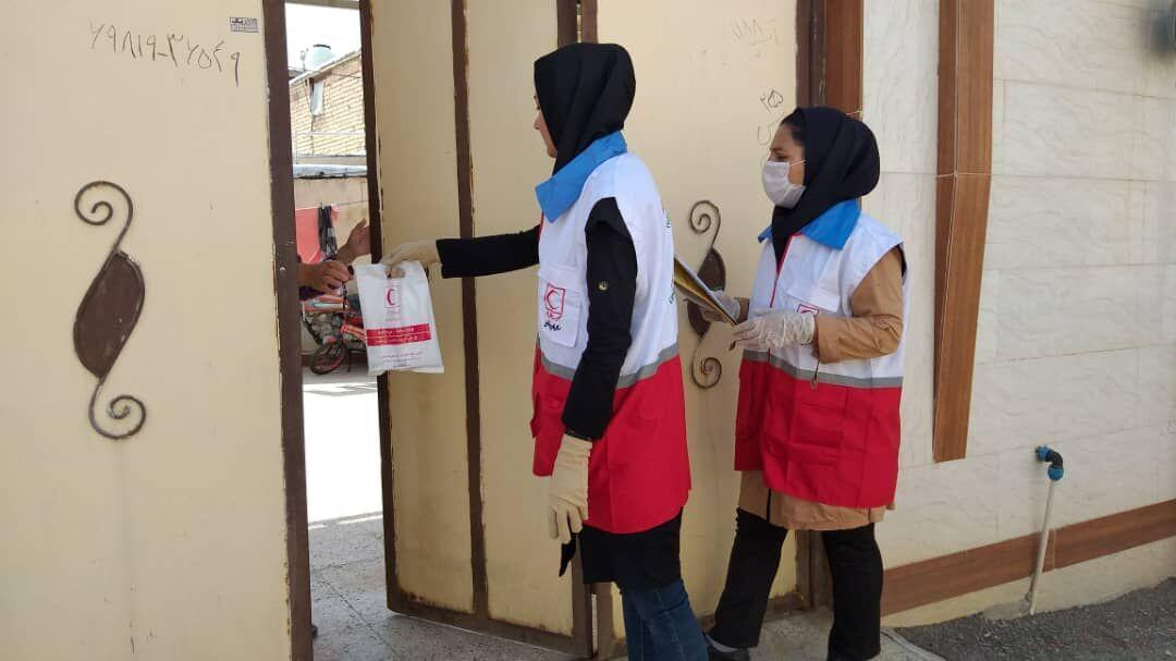 خبرنگاران هلال احمر آذربایجان شرقی بین بیماران خاص ماسک و مواد ضدعفونی توزیع کرد