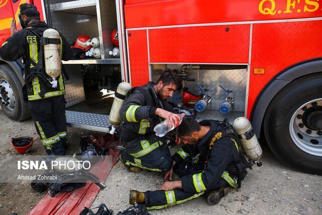 حریق در بارانداز کالای چندهزار متری، تلاش آتش نشانان برای جلوگیری از گسترش آتش