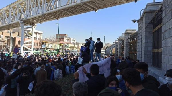 (عکس) تجمع هواداران استقلال مقابل مجلس و شعار علیه فکری